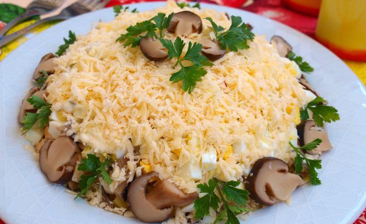 Слоёный салат с курицей и сыром и черносливом