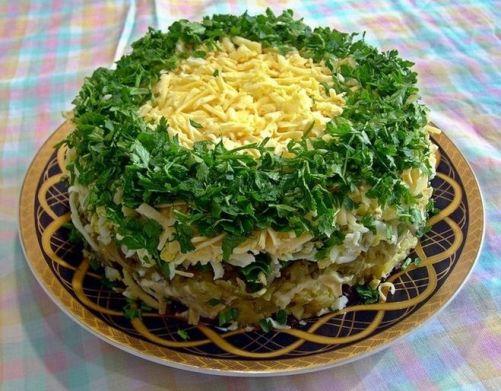 Слоеный салат с грибами, горошком и рыбой