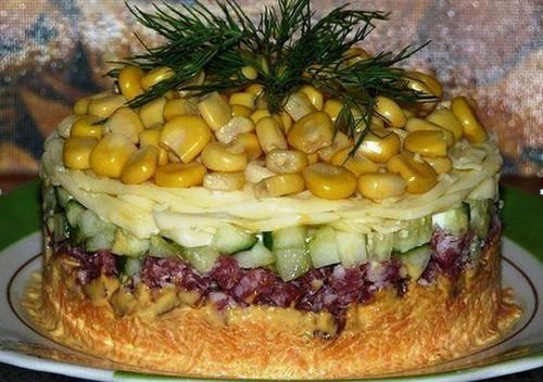 Осенний салат с копченой колбасой