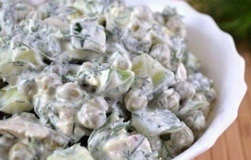 Салат из курицы с горошком