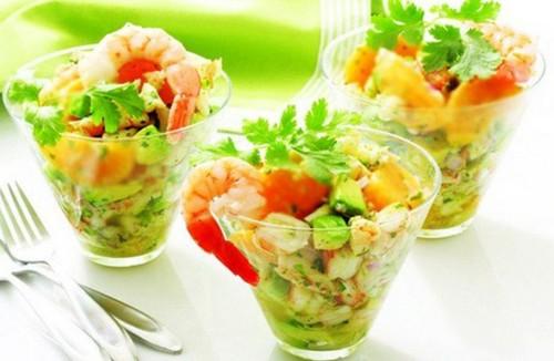 Салат с креветками и хурмой