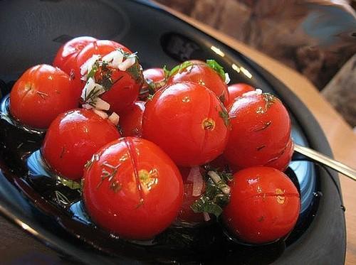 malosolnye-pomidory-s-chesnokom