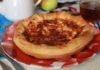 Очень простой рецепт пиццы из слоеного теста, которая уместна для перекуса, ужина или к чаю. Ингредиенты для пиццы: слоеное тесто, вареная колбаса, сыр, сметана.