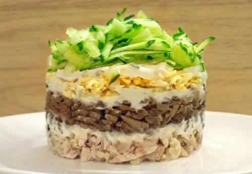kurinyy-salat-sloenyy
